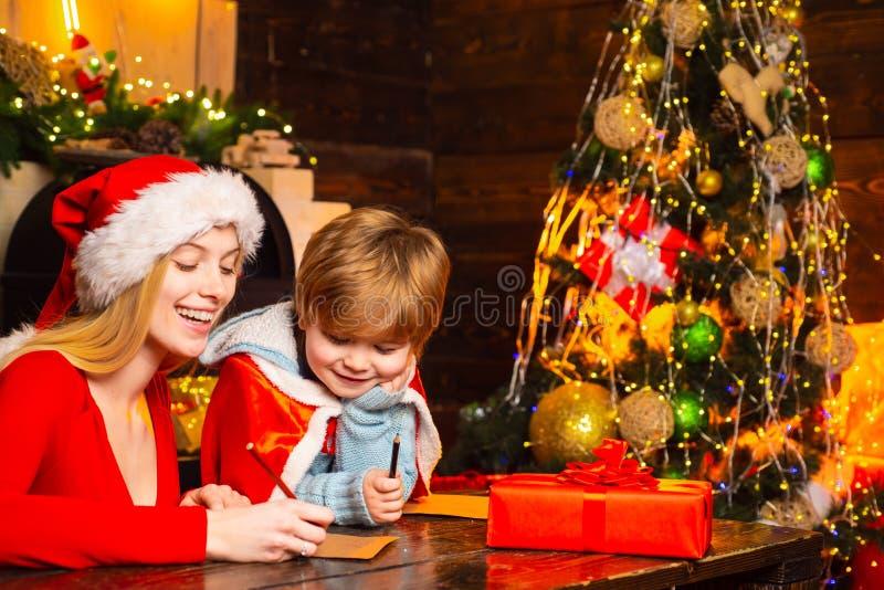 Vreugde en geluk Familie die de boom van pret thuis Kerstmis hebben Mamma en jong geitje de vooravond van spel samen Kerstmis Gel stock afbeeldingen