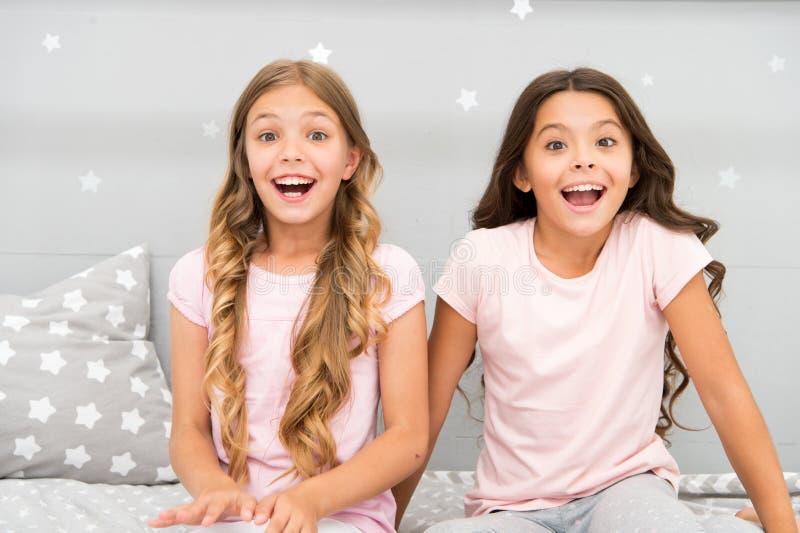 Vreugde en geluk gelukkig samen Hoogtepunt van de zusters het beste vrienden van jonge geitjesmeisjes van energie in vrolijke ste stock foto's