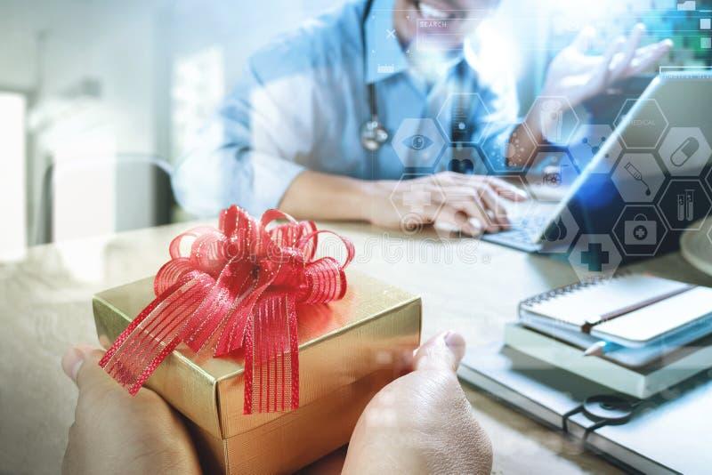 Vreugde van het Geven van Kerstmis Geduldig hand of Team die een gift geven aan verrast me royalty-vrije stock afbeeldingen