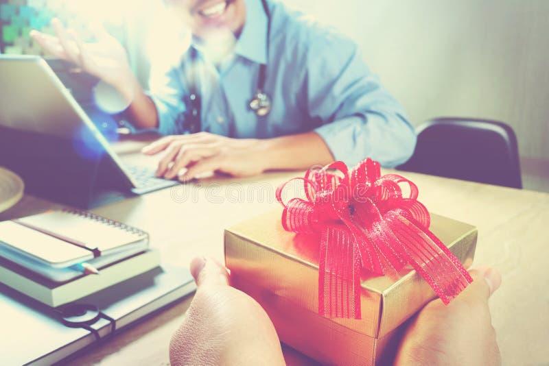 Vreugde van het Geven van Kerstmis Geduldig hand of Team die een gift geven aan verrast me stock foto's