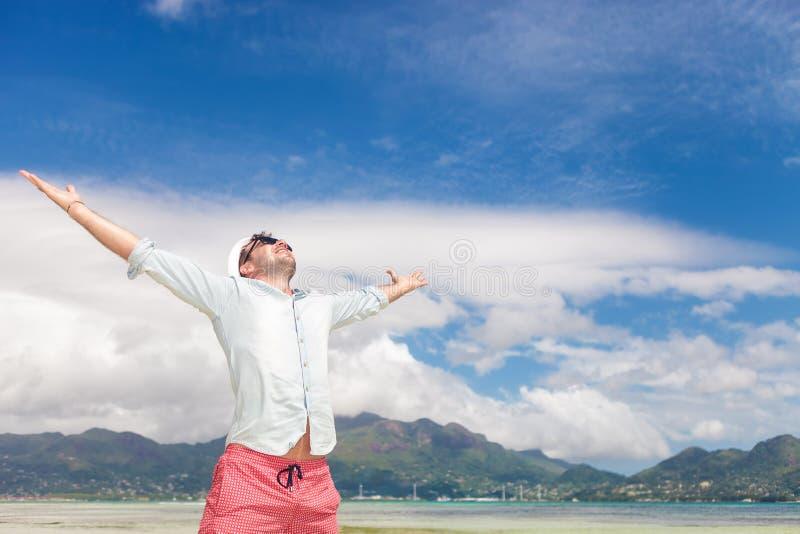 Vreugde van het leven en vrijheid op het strand royalty-vrije stock foto