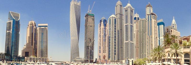 vriden byggnad för stadscityscapedubai byggnad torn fotografering för bildbyråer