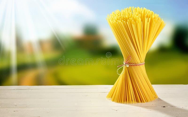 Vriden packe av spagetti på en trädgårds- tabell arkivbild