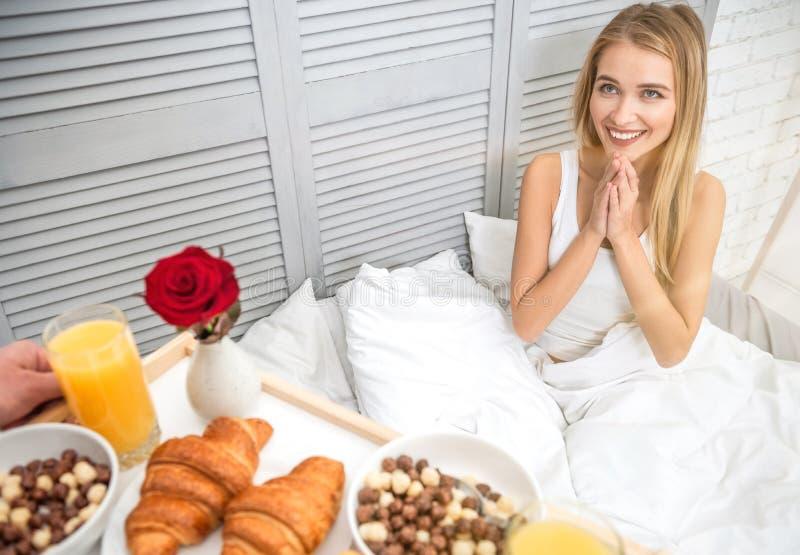 Vriend brengend ontbijt voor zijn meisje royalty-vrije stock afbeeldingen