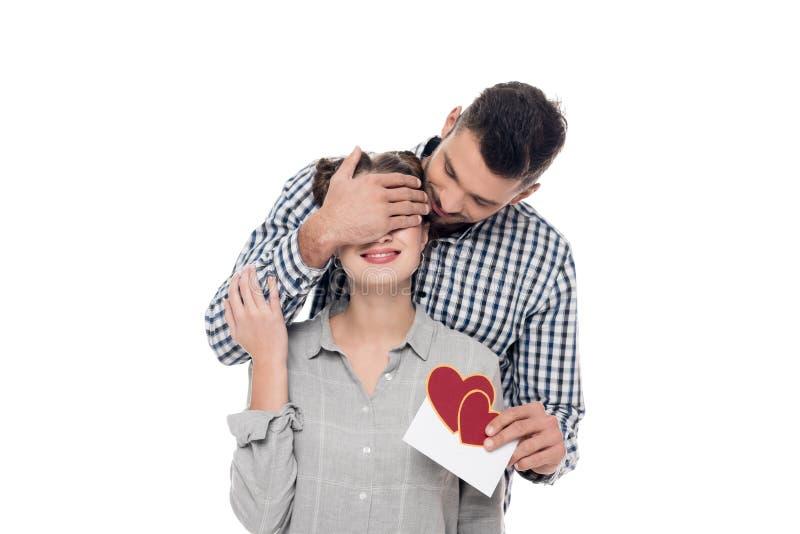vriend die meisjesogen behandelen en valentijnskaartenprentbriefkaar geven royalty-vrije stock afbeeldingen
