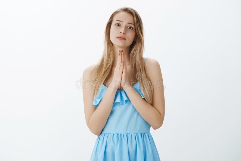 Vriend die om gunst vragen die in behoefte zijn Het charmante jonge meisje bedelen voor hulp, het houden dient bidt opheffende we royalty-vrije stock afbeelding