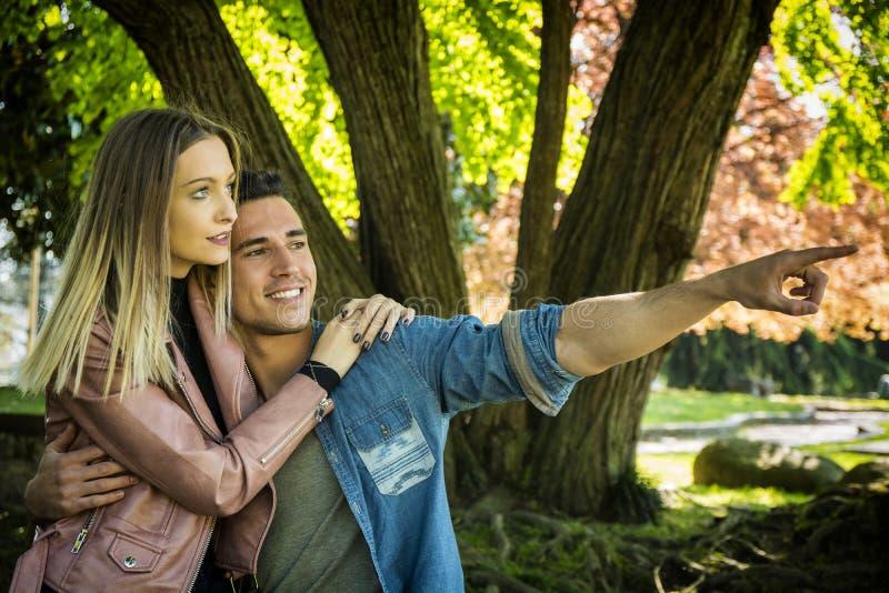 Vriend en meisje die tonend romantische liefde bevinden zich royalty-vrije stock afbeeldingen