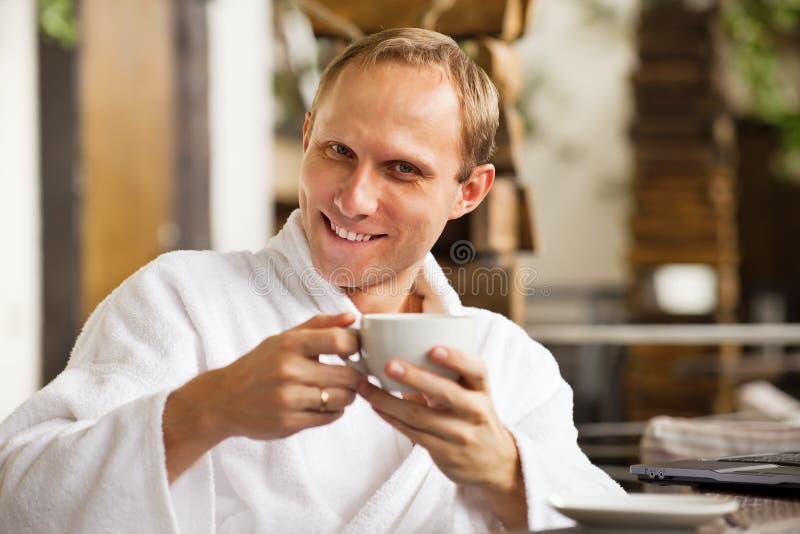 Vriendelijk het glimlachen mensenportret met kop van ochtendkoffie stock fotografie