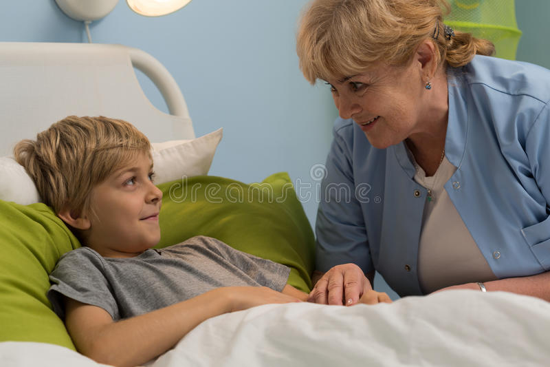 Vriendelijk hogere pediater royalty-vrije stock afbeelding