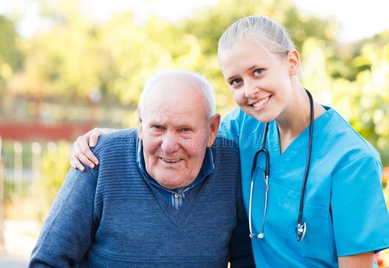 Vriendelijke arts met patiënt stock fotografie