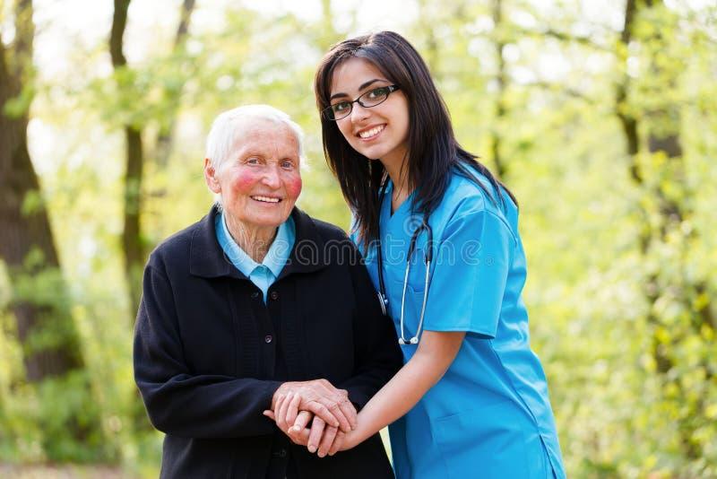 Vriendelijke Hogere Dame met Verpleegster royalty-vrije stock afbeelding