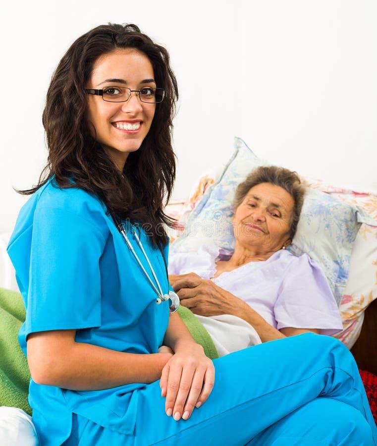 Vriendelijke Verpleegster met Bejaarden royalty-vrije stock afbeeldingen