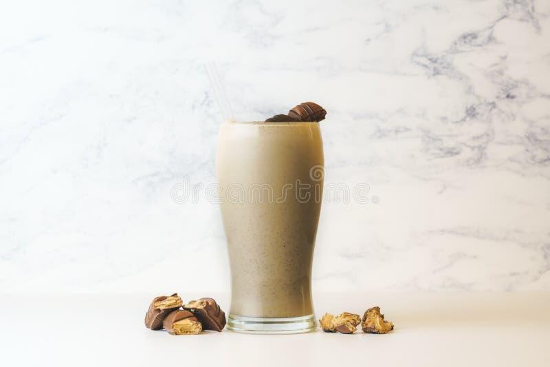 Vriendelijkere Bueno-Milkshake in lang transparant glas Met exemplaarruimte stock foto's