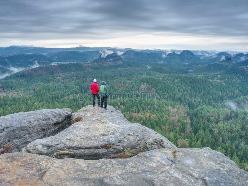 Vrienden in aard Toeristenreizigers met rugzakken in de rotsen royalty-vrije stock afbeelding