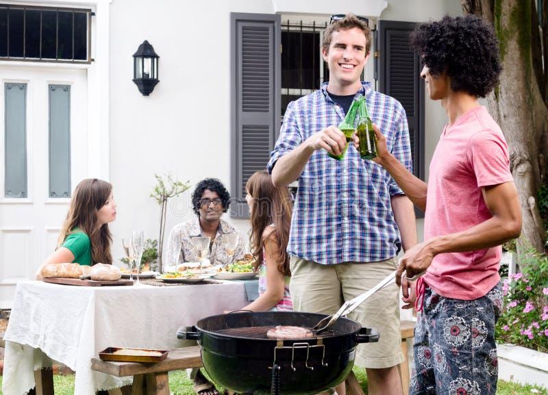 Vrienden, bbq en bieren stock afbeelding