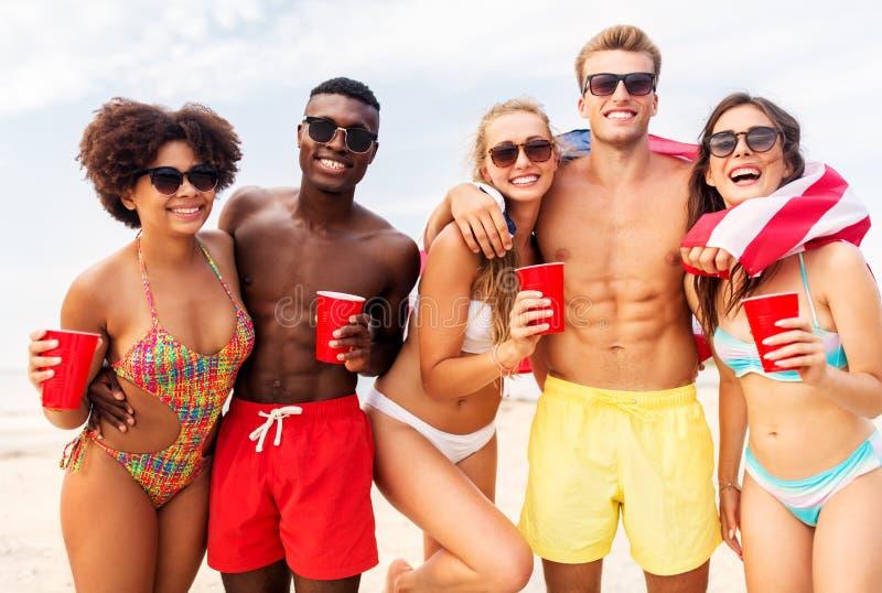 Vrienden bij Amerikaanse het strandpartij van de onafhankelijkheidsdag stock fotografie