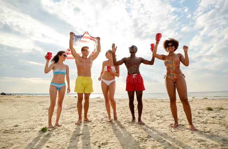 Vrienden bij Amerikaanse het strandpartij van de onafhankelijkheidsdag royalty-vrije stock afbeelding