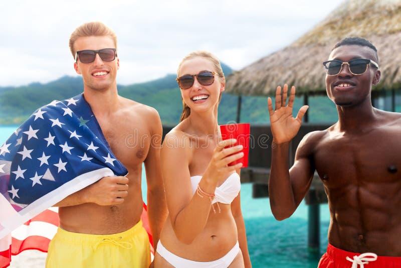 Vrienden bij Amerikaanse het strandpartij van de onafhankelijkheidsdag stock foto's