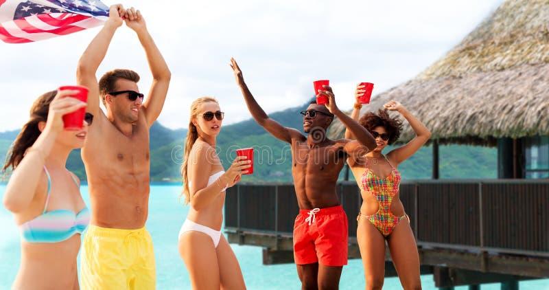 Vrienden bij Amerikaanse het strandpartij van de onafhankelijkheidsdag royalty-vrije stock foto