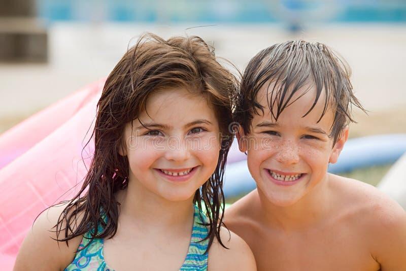 Vrienden bij de Pool royalty-vrije stock fotografie