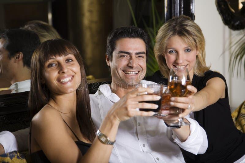 Vrienden bij een restaurant royalty-vrije stock afbeeldingen