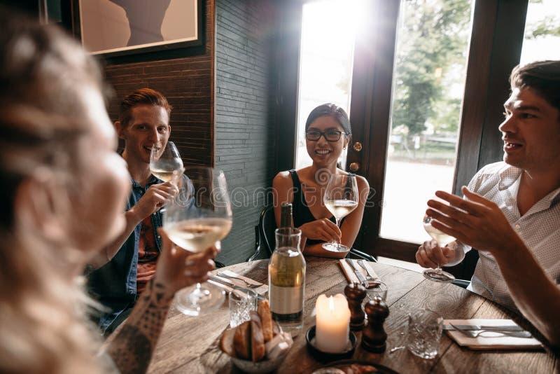 Vrienden bij een restaurant het drinken wijn royalty-vrije stock foto