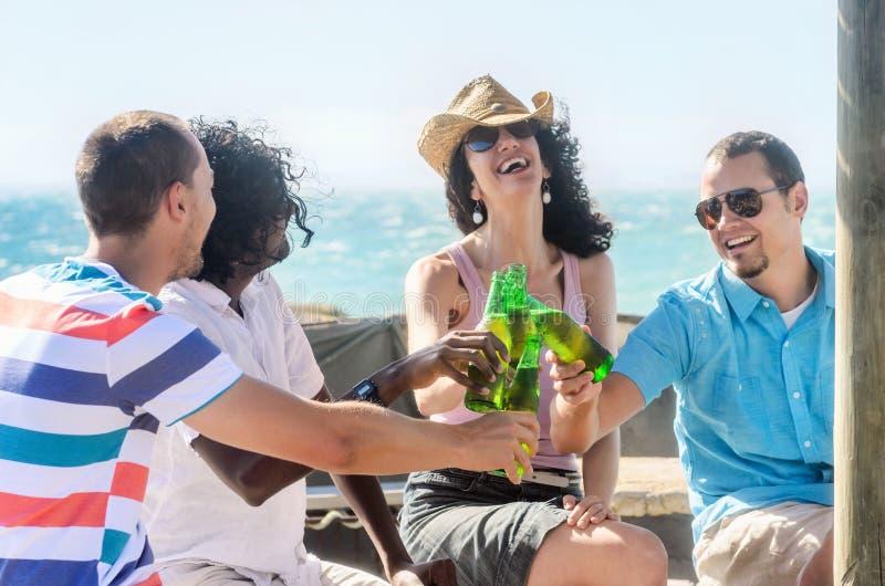 Vrienden bij een strandpartij die dranken hebben royalty-vrije stock foto's
