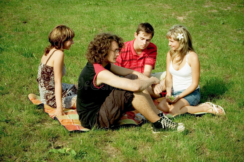 Vrienden bij picknick royalty-vrije stock afbeelding