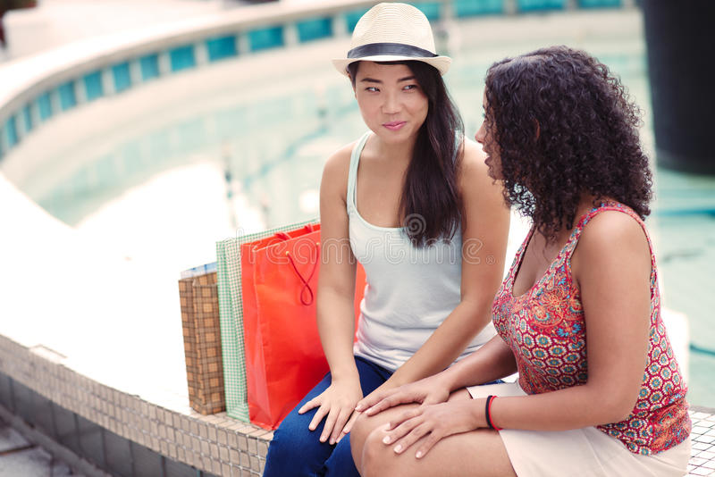 Vrienden bij winkelcentrum stock fotografie