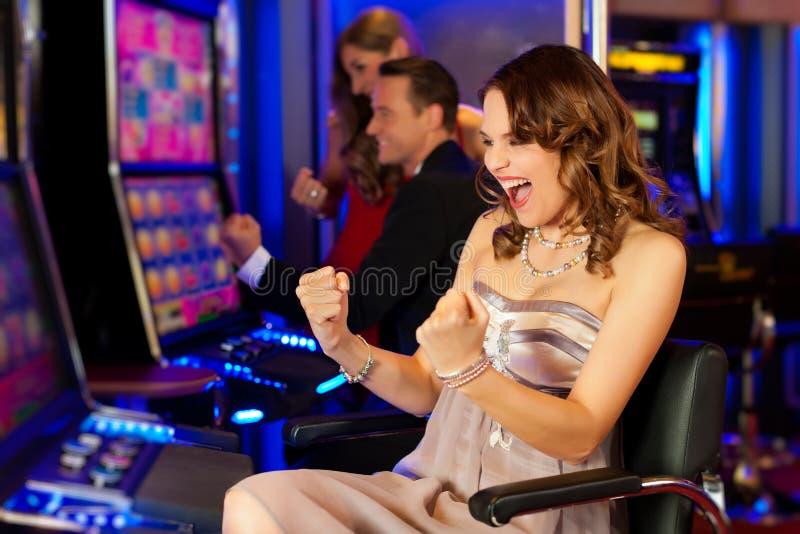 Vrienden in Casino stock afbeelding