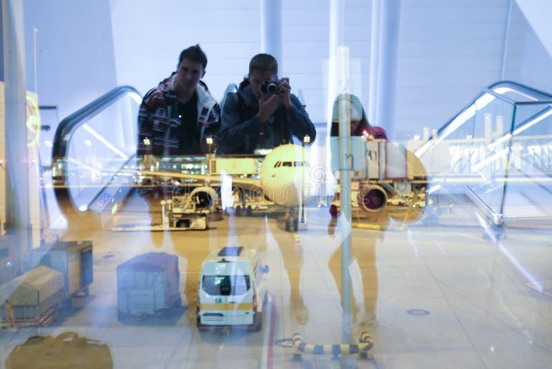 Vrienden in de luchthaven waitig voor vertrek royalty-vrije stock foto