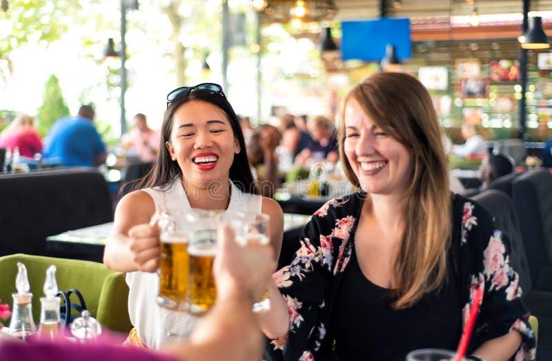 Vrienden die bier in de bar drinken royalty-vrije stock foto's