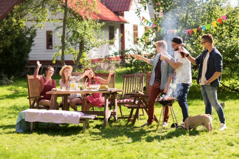 Vrienden die bier drinken bij de partij van de de zomerbarbecue royalty-vrije stock afbeeldingen