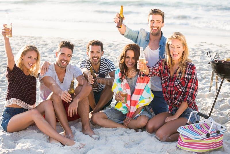 Vrienden die bier drinken bij het strand royalty-vrije stock foto
