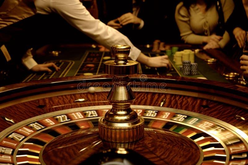 Vrienden die in casino spelen stock foto