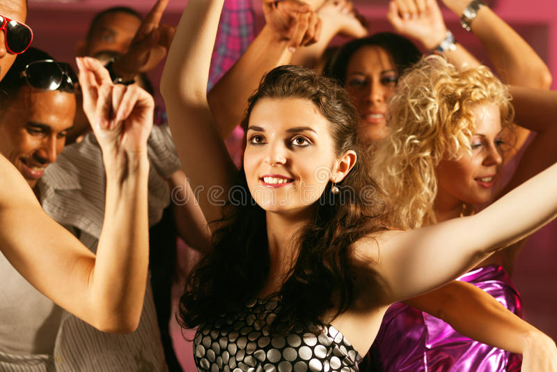 Vrienden die in club of disco dansen royalty-vrije stock afbeeldingen