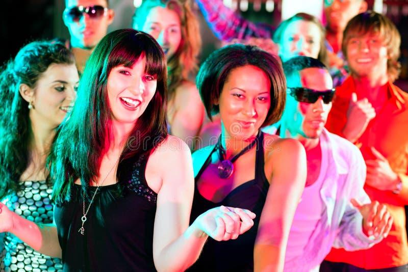 Vrienden die in club of disco dansen royalty-vrije stock foto