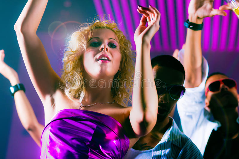 Vrienden die in club of disco dansen royalty-vrije stock fotografie
