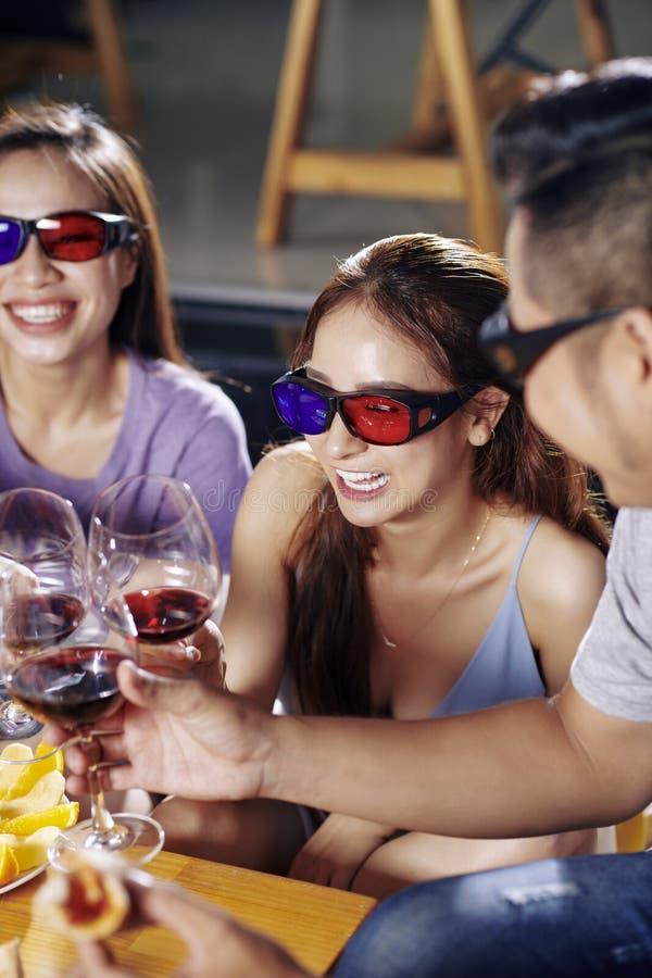 Vrienden die in 3D glazen wijn drinken royalty-vrije stock fotografie