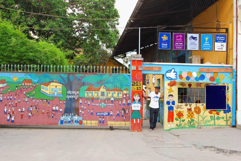 Vrienden die de restaurant uitgesloten jeugd, Phnom Penh opleiden royalty-vrije stock afbeeldingen