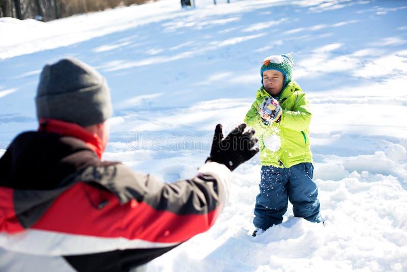 Vrienden die in de Sneeuw spelen stock afbeelding