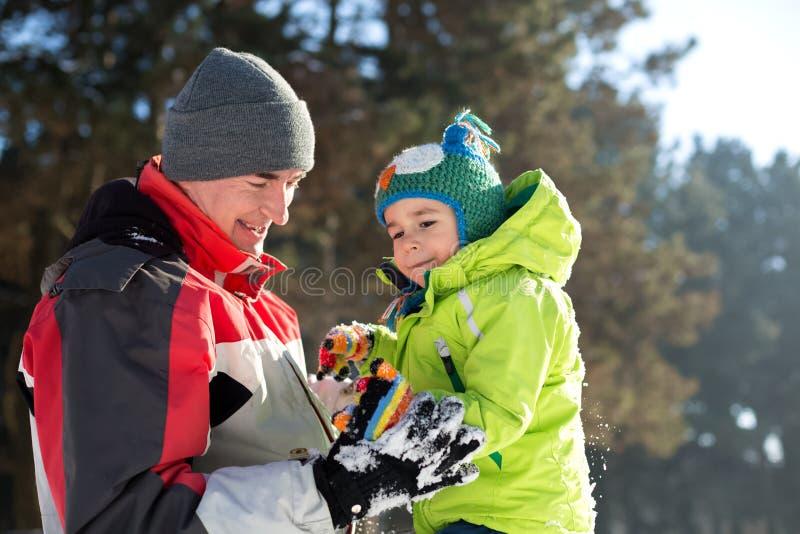Vrienden die in de Sneeuw spelen stock fotografie