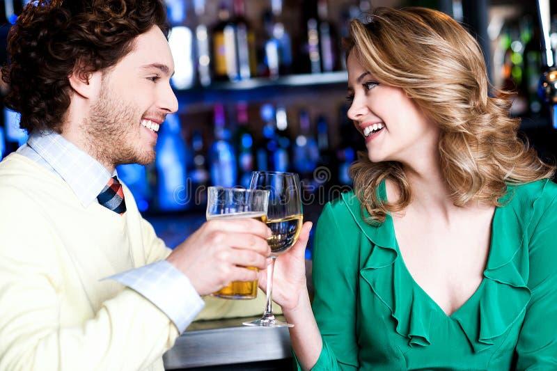Vrienden die dranken in nachtclub enhoying stock foto