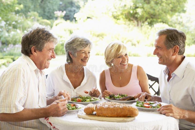 Vrienden die een Al Lunch van de Fresko eten stock afbeelding