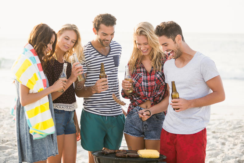 Vrienden die een barbecue hebben stock foto's