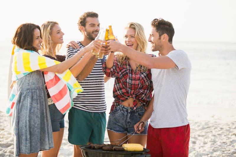 Vrienden die een barbecue hebben royalty-vrije stock afbeelding