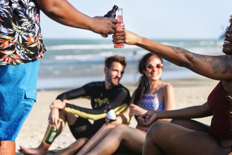 Vrienden die een drank hebben bij het strand stock fotografie