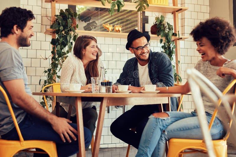 Vrienden die een grote tijd in koffie hebben stock fotografie