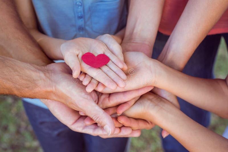 Vrienden die een hart houden stock foto's