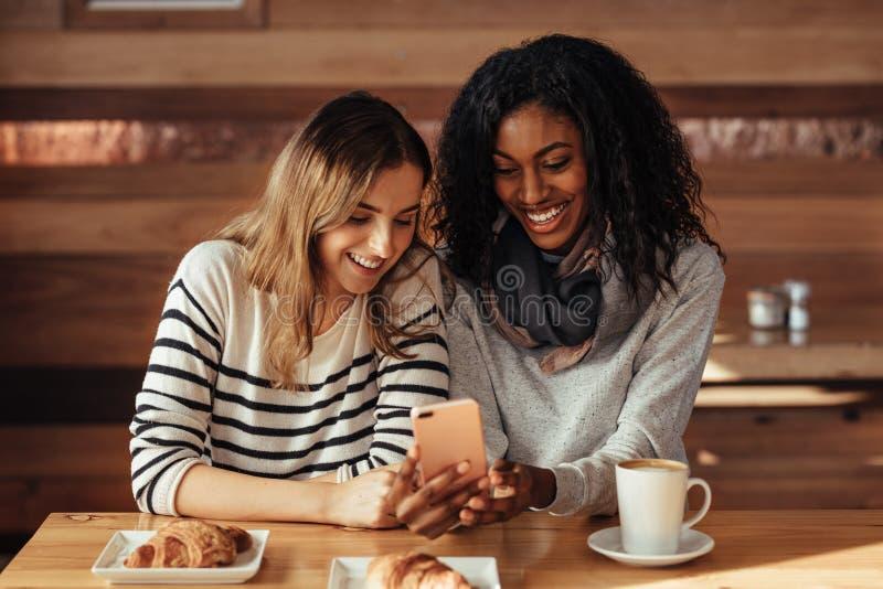 Vrienden die in een koffie zitten royalty-vrije stock foto's